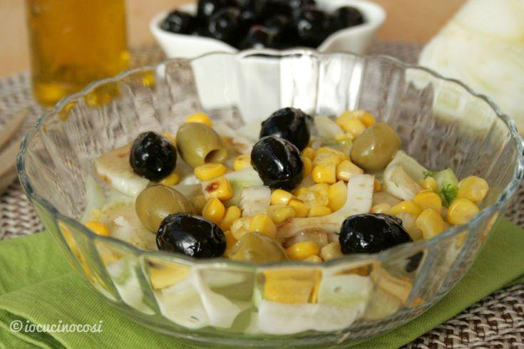 L'insalata di finocchi con mais e olive è leggera e fresca. Ottima come contorno o antipasto, ma anche piatto unico con l'aggiunta di uova sode o tonno.
