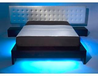 Een nieuwe ontwikkeling in slaapkamer verlichting is een bewegingssensor onder het bed met een klein LED-lampje. Op het moment dat men uit bed stapt, gaat het lampje aan en als men weer terug in bed kruipt dimt deze automatisch