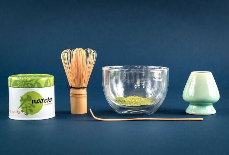 Matcha // Matcha, es un fino polvo que se hace pulverizando hojas de té verde. Una forma fácil de prepararlo es poniendo una cucharada de té de Matcha por taza (o a gusto), agregar algunas gotas de agua caliente (70ºC) y revolver con una cuchara hasta que se forme una pasta. Poner el resto del agua y revolver.