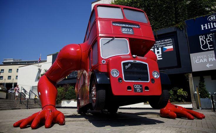 IlPost - È un classico autobus a due piani, come quelli storici che circolano a Londra, con due enormi braccia che fa i piegamenti. Il meccanismo è stato studiato per sollevare le sei tonnellate circa del bus e imitare il movimento delle braccia. Il tutto è accompagnato da alcuni suoni e da una serie di video, che ..