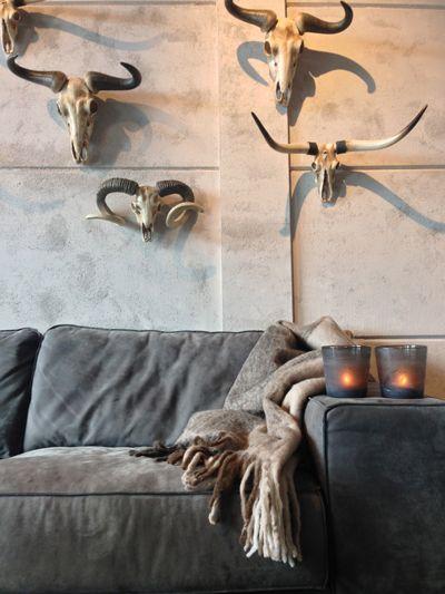 PTMD bank gecombineerd met accessoires in warme kleuren; HERFST in onze showroom. www.molitli-interieurmakers.nl