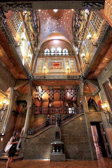 PalauGüell, uno de los primeros trabajos de #Gaudi en #Barcelona http://www.viajarabarcelona.org/lugares-para-visitar-en-barcelona/palacio-guell/ #Modernismo