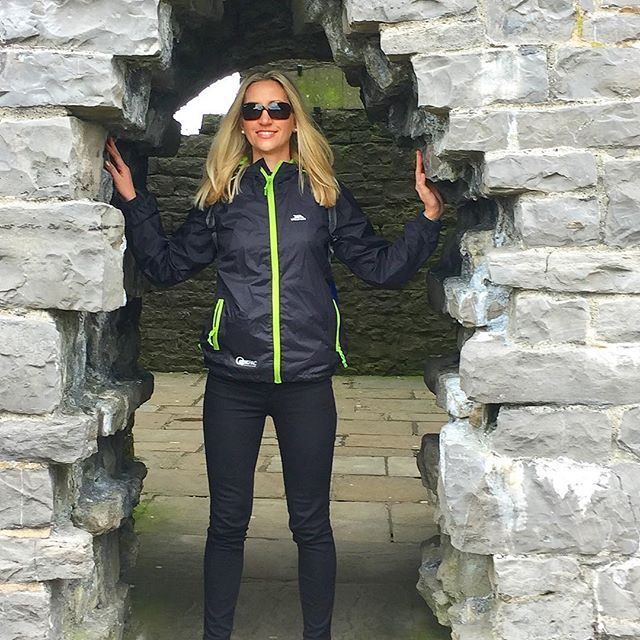 ➡️Rockin' my anorak in England! _________________________________________________ 📍Clitheroe Castle, Lancashire, England 🗺️ _________________________________________________ ➡️If you want to get out of Manchester and