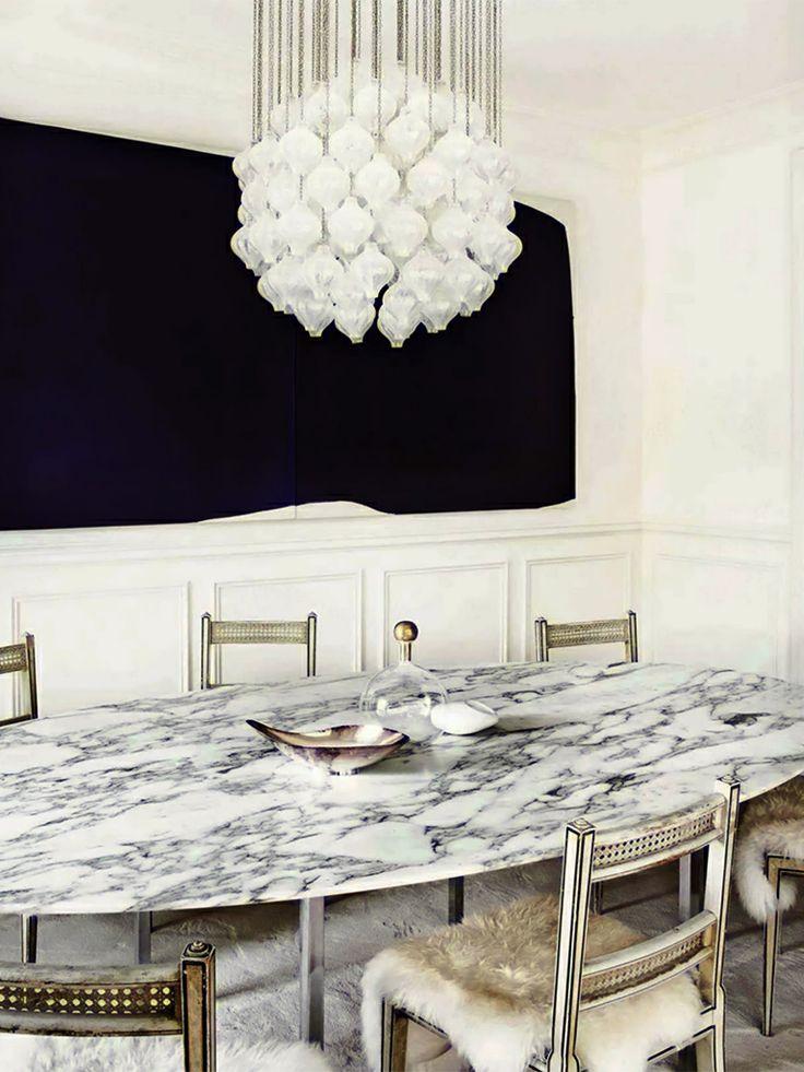 Sala de jantar com luminária de cristal Designer: Julie Hillman Fotógrafo: Manolo Yllera Fonte: AD Espanha Dezembro 2013