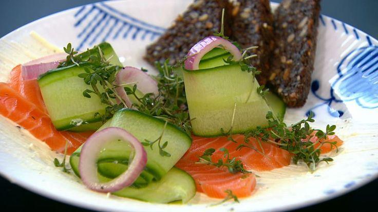 Forårslaks med rygeostecreme er en lækker opskrift, se flere fiskeretter på mad.tv2.dk