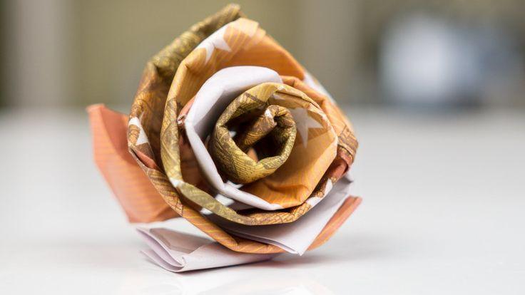 Geldgeschenk Idee zur Hochzeit - Eine Rose aus Geld basteln: Kreative Anleitung zum Falten einer Blume oder Rose aus Euro Geldscheinen. Du benötigst mind. 3 Banknoten und Klebepads.   Klebepads günstig bei Amazon kaufen: ...   (Wenn du. Rose, Basteln,