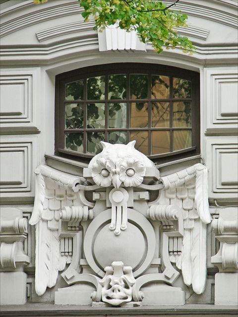 Motif décoratif de l'immeuble art nouveau (jugendstil) situé au n°10b de l'avenue Elizabeth à Riga en Lettonie. La chouette est un des animaux fréquemment représenté durant la période art nouveau.