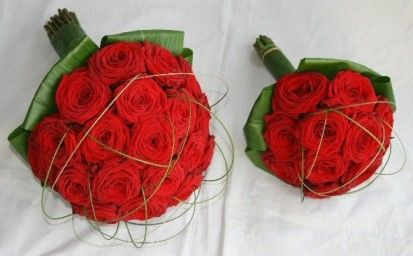 Bruidsboeket en bruidsmeisjesboeket rode rozen Bruidsbloemen | Bloematelier Rolinda