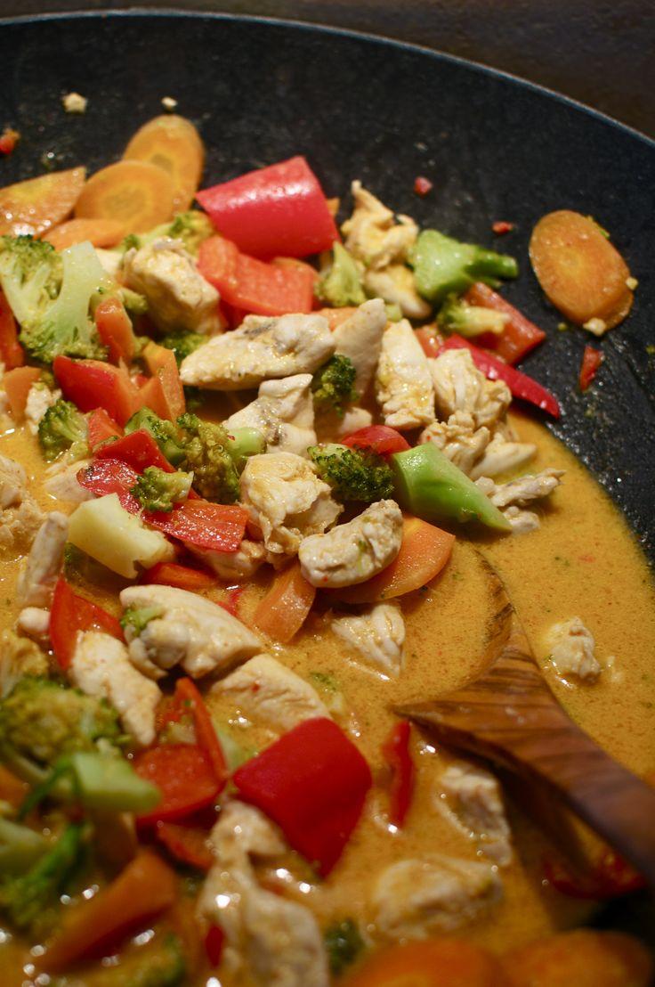 Thai-inspireret kylling og grønsager med karry, chili og kokosmælk