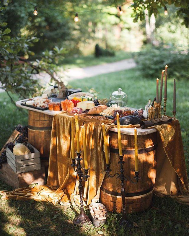 А лето не за горами, а вместе с ним и Свадебный сезон. Дорогие невесты, вы уже позаботились о том, каким будет фуршет и банкет на вашей свадьбе? С удовольствием поможем вам в этом вопросе 😋  На фото наш вкусный шедевр, который декорировали @ikeepdreams  #wedding #свадьба #свадебныйбанкет #саадебныйфуршет #фуршет #фуршетныйстол #банкет #кейтеринг #кейтерингмосква