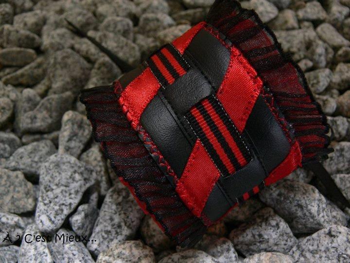Bracelet Shortcake rouge rayé. $25,00, via Etsy.