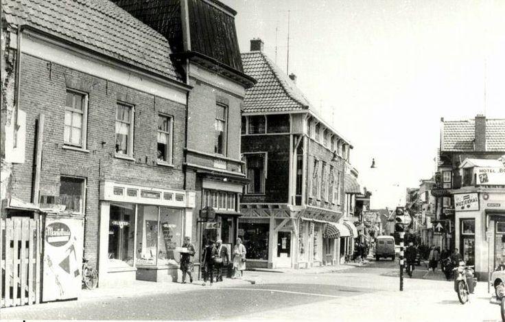 Kruising Asselsestraat-Nieuwstraat-Korenstraat. Nu dames kleding winkel Buining.