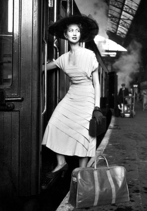 """""""Alla compagna di viaggio / i suoi occhi il più bel paesaggio / fan sembrare più corto il cammino / e magari sei l'unico a capirla / e la fai scendere senza seguirla / senza averle sfiorato la mano."""" Fabrizio de André, Le passanti"""