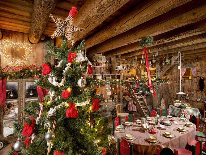 Visitez le Hameau du Père Noël, un village où vivent le Père Noël et ses lutins : un univers au décor de rêve, empreint de la magie de Noël.