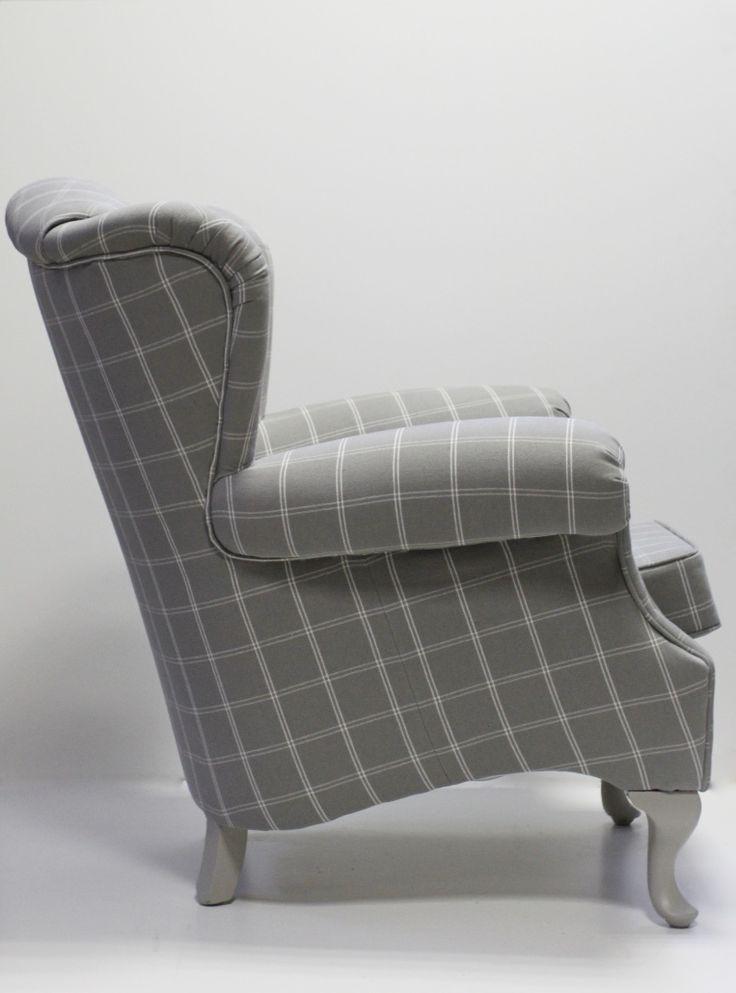 Stylowy, tapicerowany fotel z dekoracyjną kiedrą wykonanymi z tej samej tkaniny tapicerskiej. Tkanina: płótno  w kratę w kolorze  szarości.  Całość prezentuje się pięknie i bardzo elegancko.  Klasyka wykonania sprawia iż fotel idealnie komponuje się z każdym stylem.  Wygodny i przytulny, klasyczny angielski uszak. Cena: 2800 zł