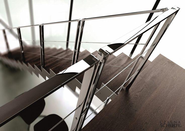 Schody drewniane z metalową balustradą.