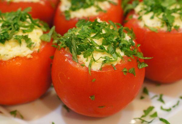 Фаршированные помидоры с тунцом.