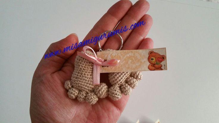 Patrón de Llavero tejido a crochet con la técnica amigurumi de unos piececitos o huellas de bebé. Patrón de huellas de bebé: Pies. 1. Anillo mágico 6mp. 2. 6aum (12) 3. 1mp, 1aum , repetir 6 veces,(18) 4. 3mp, 1aum, 4mp, 1aum, 4mp, 1aum, 4mp (21) 5. 6 y 7 21mp (21) Pie …