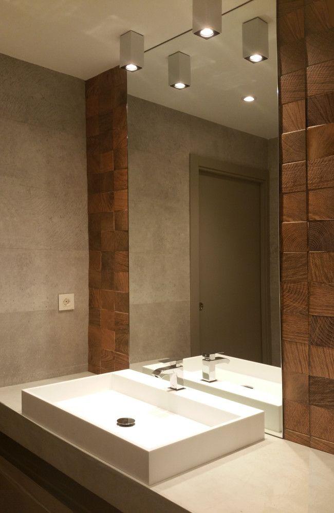 bao actual revestido con azulejo porcelnico imitacin cemento y madera lavabo sobre encimera de