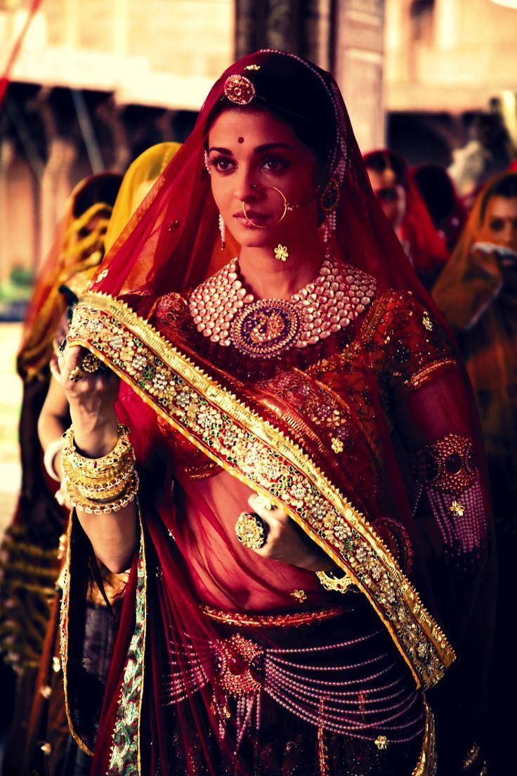Aishwarya Rai wearing the mughal-inspired tikka, sheer veil and the hip chains. // From the Bollywood film Jodha Akbar