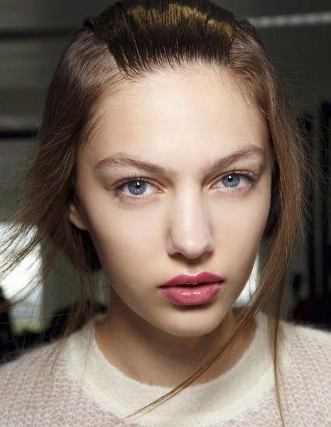 Cheveux, corps, visage, lèvres… Les huiles ont envahi notre salle de bain ces dernières saisons et arrivent désormais dans nos trousse de maquillage, où elles sont intégrées dans les formules de mascaras ou de rouges à lèvres. Pourquoi cette texture séduit-elle de plus en plus de consommatrices et n'en finit pas d'inspirer les marques de cosmétiques ? http://www.elle.fr/Beaute/News-beaute/Soins/Huiles-cosmetiques-2883636