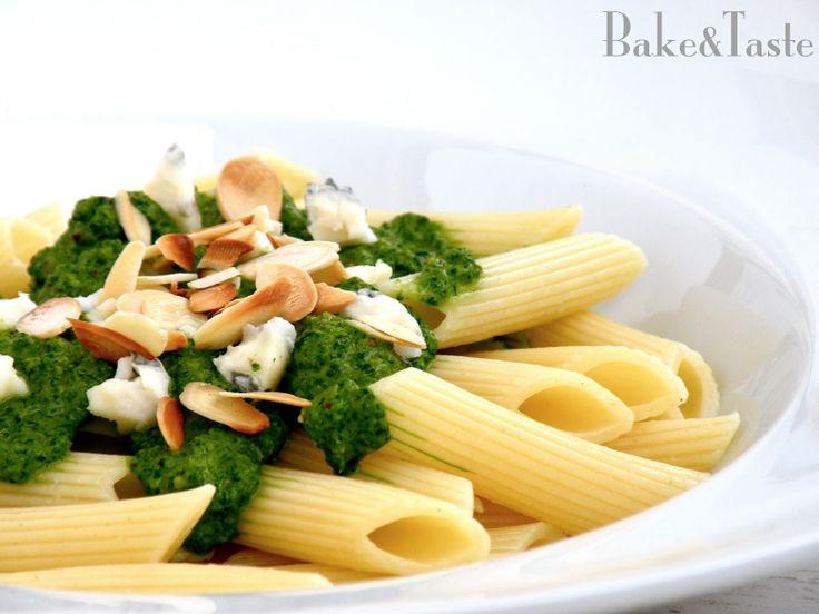 Pesto szpinakowe z dodatkiem rukoli (z migdałami i serem pleśniowym)  Spinach pesto with almonds and blue cheese