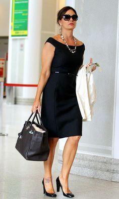 O flagra no aeroporto mostra que Luiza Brunet não abre mão da elegância, mesmo quando precisa encarar horas de voo. Para a ocasião, ela escolheu um vestido preto, com modelagem clássica. Nos acessórios, colar, cintinho para marcar a cintura, bolsa Hermès e sapatos de salto médio.