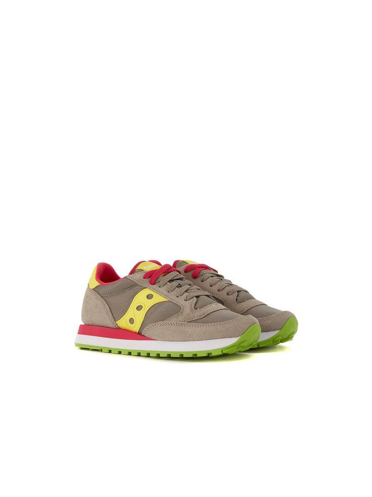 Sneaker Saucony Jazz in suede e nylon grigio chiaro e con logo in pelle giallo. Logo aziendale sul talloneFodera interna rosso fragola e suola interna estraibile…