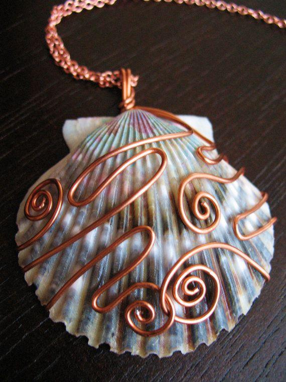 Blu e viola Shell ciondolo Wirewrapped di rame di CreeationsStudio