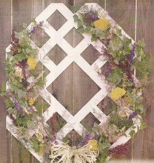 Cut a plastic lattice for an unusual wreath