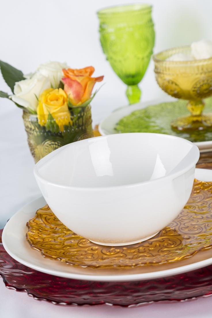 Dale vida a tu vajilla blanca sin quitarle elegancia a tu mesa, usando platos de colores.