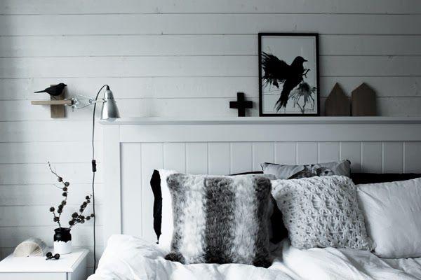 huvudgavel, trä, trägavel, vit sänggavel av trä, SOVA, sängbord, vitt, vit panel på väggen, liggande panel, klämspot ikea, diy, inreda i svart och vitt, kuddar, garnkudde, vita kuddar, sängkläder, svart fågel, tavla med fågel, artprints, prints, tavla i sovrum, koltrast, dekoration fåglar, inredningstips, inspiration