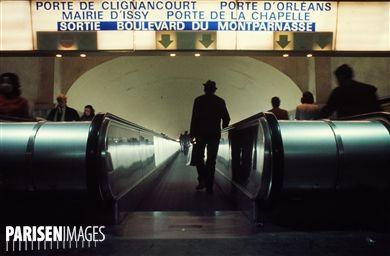 RER. Tapis roulant à la station Montparnasse. Paris, années 1970. Photographie de Léon Claude Vénézia (1941-2013).