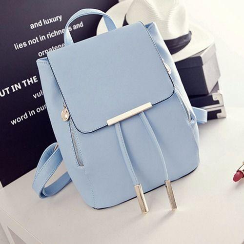 Bolsa super elegante na cor azul bebê com detalhes em prata bem delicados.