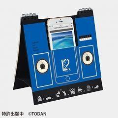 皆さんはもう来年のカレンダーは買いましたか 僕がイチオシのカレンダーBOOZSブーズエスを紹介しようと思います BOOZSはiPhoneのスピーカーにもなる便利な卓上カレンダーなんですよ これに挿した状態でiPhoneから音楽を流すと中の空間に音が響いていい感じになります Lightningケーブルが挿せるので充電スタンドとしても使えますよ