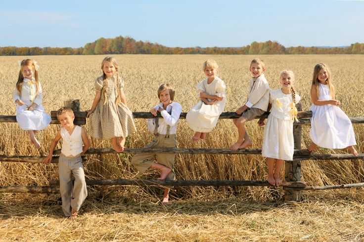 All the cousins lined up want to do this for the next cousin photo session of my kids & my sister & brothers!!! Super cute, my Papa would love it if the photo was in front of sugar cane !! Definately doing this with my kids and my brothers kids. :)