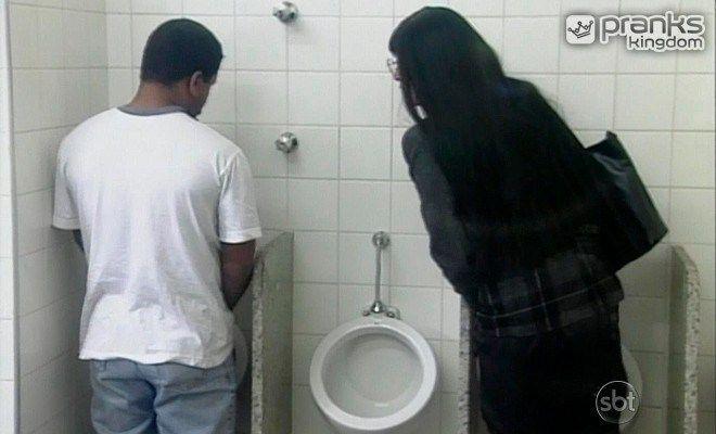 Trans nel Bagno fa apprezzamenti ad altri uomini, http://www.prankskingdom.it/trans-nel-bagno/