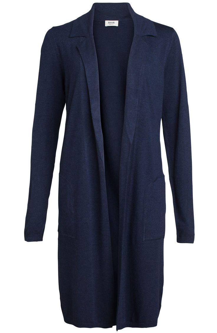 Lang vest van het merk Anna in de kleur jeans. Het vest heeft een kraag, lange mouwen en steekzakken aan beide zijden.
