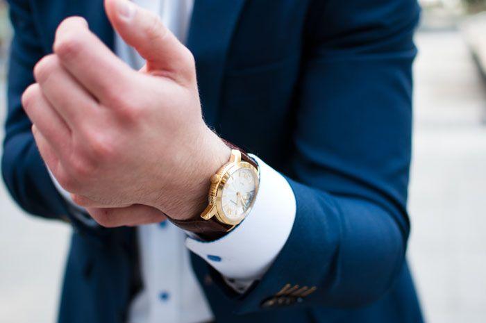Modny złoty zegarek. Elegancji i męski do garnituru
