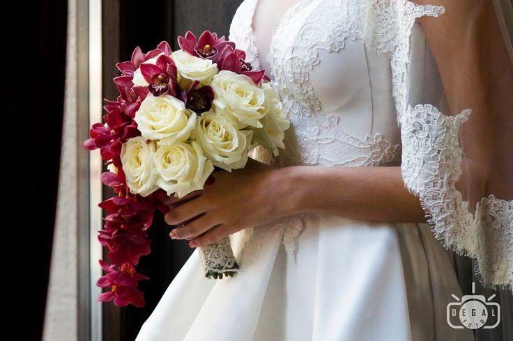 Buchetul miresei lumineaza tinuta miresei, asa ca fotograful de nunta il va capta in toata splendoarea sa: http://www.degalfoto.ro #degalfoto, #nuntasieveniment, #fotografnunta