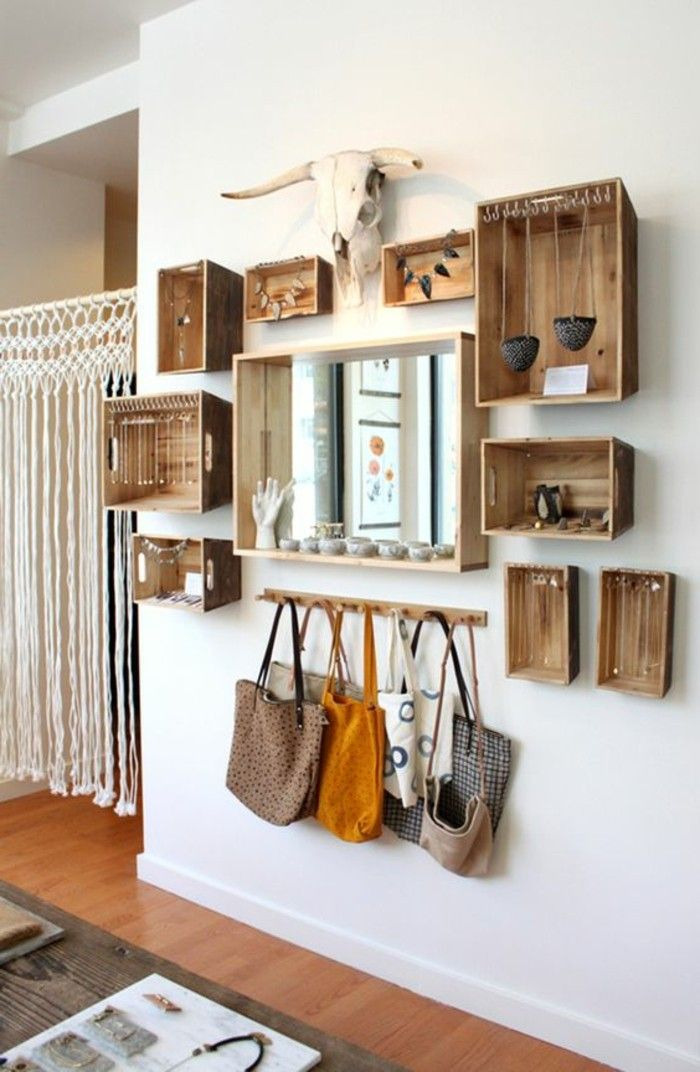 Incredibly wooden pallet shelf, handbags, decorative horns