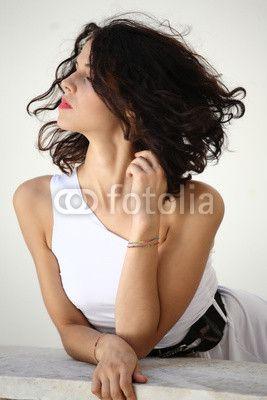 Sguardo di ragazza con vestito bianco