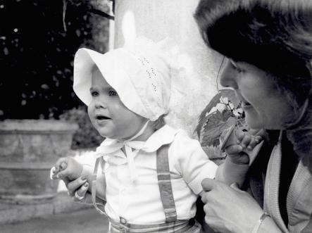 Lokalny: Księżniczka Madeleine, wiek jeden, i jej matka królowa Silvia