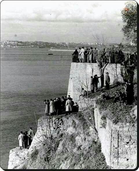 Halk, Atatürk'ün cenazesini İzmit'e taşıyan Yavuz zırhlısının geçişini bekliyor, Moda, İstanbul, 18 Kasım 1938...   Mitinglere katılmak için para alanlara benzemez.  Gönüldendir Atatürk sevgisi...