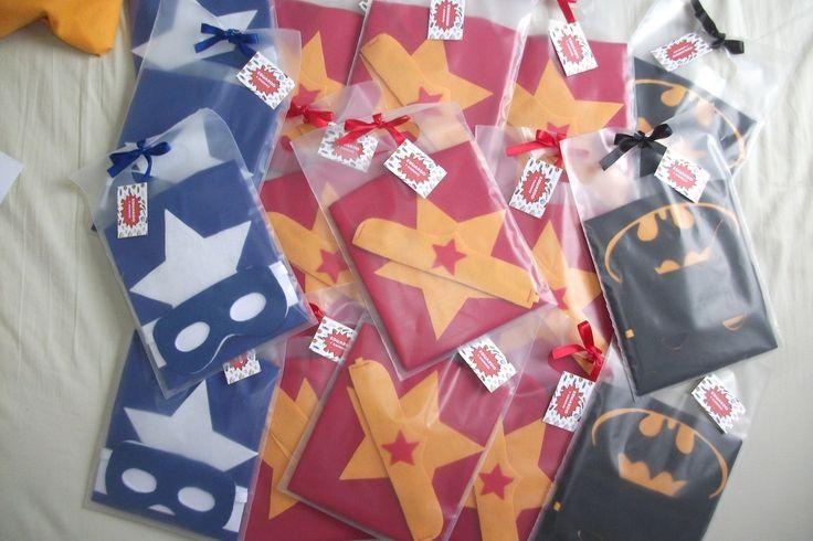 Capa e máscara baseado em super heróis como Batman, Capitão América, Mulher Maravilha e outros. Capinha em malha com detalhes em feltro e máscara em feltro com elástico. Embalados em uma linda sacola com laço de cetim e tag de agradecimento Consulte outros personagens e cores.