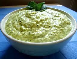 Il pesto di zucchine,Fate sbollentare un paio di zucchine fresche in acqua leggermete salata. Lasciatele raffreddare dopo averle fatte a cubetti. Mettete nel frullatore le zucchine , un cucchiaio di mandorle pelate, un po' di succo di limone , sale e pepe q.b e se lo gradite mezzo spicchietto di aglio. Frullate il tutto aggiungendo ottimo olio di oliva. Condite con il pesto di zucchine la vostra pasta e BUON APPETITO