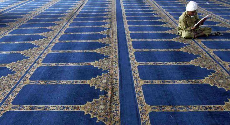16. Juli: Süd-Indien: Die Koranlesung während des Fastenmonats Ramadan gilt als besonders wichtig. Dieser Moslem hier hat offenbar genug Ruhe und Platz. (Foto: dpa) Alle Bilder des Tages gibt es hier: www.noz.de/73476252