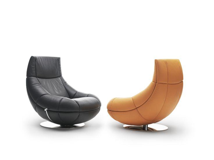 Obrotowy fotel DS-1666, proj. Hugo de Ruiter, z możliwością regulacji wysokości. Jednolita forma konstrukcji i wypełnienie pianką sprawiają, że siadając niemal zatapiamy się w mebel. Dostępny w obiciu ze skóry, 95/90/102. 17.500zł, DE SEDE