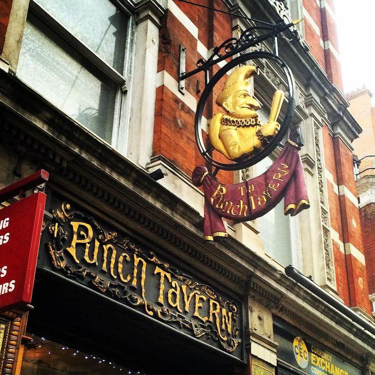 今日はロンドンの中心部シティにあるパブ punch tavern にきています セントポール大聖堂から徒歩8分という好立地でビクトリアンな外観が素敵です  ここで味わえるGreat taste awardで星を獲得したパイはエールビールにピッタリ ウサギのパイは柔らかくて最高でしたピーターラビットファンの方すいません(_;) さらにジンは60種類以上ありクラッシュアイスたっぷりでいただきました 美味しいパイとジンで話もはずみロンドンの夜は更けていくのでした さてここで問題です  Q.この punch tavern の名前の由来は何でしょう三択です  1. 当初は果汁などから作るアルコール飲料ポンチを提供していたから  2. 風刺雑誌パンチのスタッフが頻繁に出入りしていたから  3. パブリックハウスとしての社交場で喧嘩が絶えなかったから  答えはハッシュタグの一番下にあります  #英国 #アンティーク家具 #ダウントンアビー #シャーロックホームズ  #インテリア #インテリアコーディネート #ティー #イギリス #ロンドン #アフタヌーンティー #ユニオンジャック…