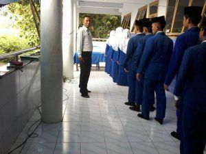Hindari Kecemasan Pelajar Polisi Gunakan Kemeja Putih Saat Pengamanan Ujian